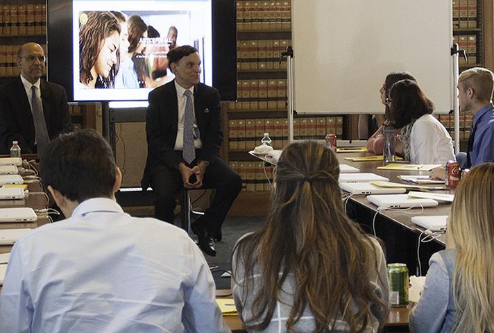 Chief Judge Robert Katzmann talks to students.